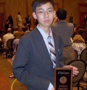 Kevin初次參賽,力奪全國第九 Kudos選手Kevin Chou參加美國全國中學生演講辯論比賽的「原創議題強勢說服」項目,奪得全國第九名,令人喜出望外。他是準決賽 (Quarter-Final) 中唯一的華裔學生,他倡議創造一個真正公義的世界,演講稿由文筆優秀的 Kevin 親手寫出,只經過 Wheeler 教練稍加潤飾,擲地有聲,獲得評審青睞。