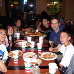 慶功宴賓主盡歡‧明年再參賽 這次Kudos組隊參加美國全國中學生演講辯論比賽,獲得佳績,各方歡喜。比賽結束的那一晚,Kudos特別包租一輛加長型豪華轎車 (limousine),送全隊去下榻旅館附近的著名義大利餐廳舉行慶功宴,賓主盡歡。圖 左起:學生Jerry Wang, Victor Li, Jacqueline Shang, Joanna Hua, Kevin Chou, 教練 Scott Wheeler, 學生Morven Sharp 以及領隊章台生。經此一役,Kudos專校決定明年繼續參賽,並提前組隊集訓,以求更佳戰果。