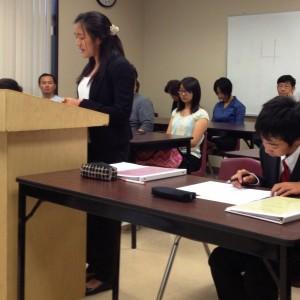 Kudos專校「模擬法庭暑期班」天普市校區的學生於2012 年八月初南下爾灣校區,和爾灣學生進行練習賽。圖為 天普市 Stanley Yu 質詢證人 Bridget Yu。