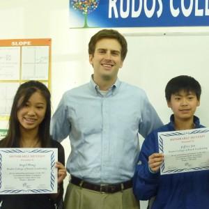 Kudos專校的初中「模擬法庭參賽班」這次奪得洛杉磯縣比賽的三個個人傑出表現獎狀,圖為教練 Scott Wheeler(中)與兩位得獎人Angel Wong (左)和Jeffery Jen (右)合影。他們高興地展示大會頒發的獎狀。