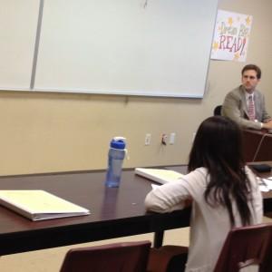 Kudos 專校爾灣校區的「模擬法庭暑期班」學生雖是首度進行練習賽,表現卻不亞於天普校區學生。圖為 Sally Kang 進行案情說明,Albert Wen (右) 準備質詢,雙方家長都仔細觀戰。